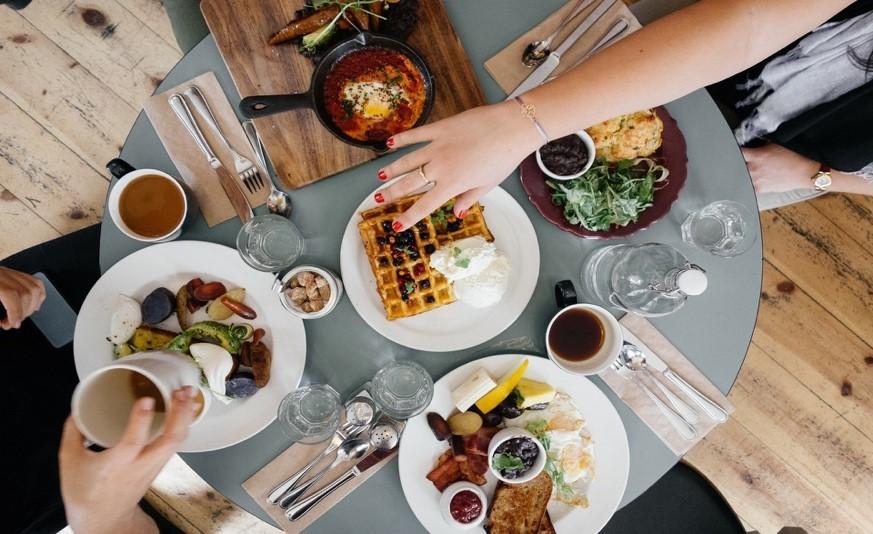 Une image contenant table, personne, intérieur, repas  Description générée automatiquement